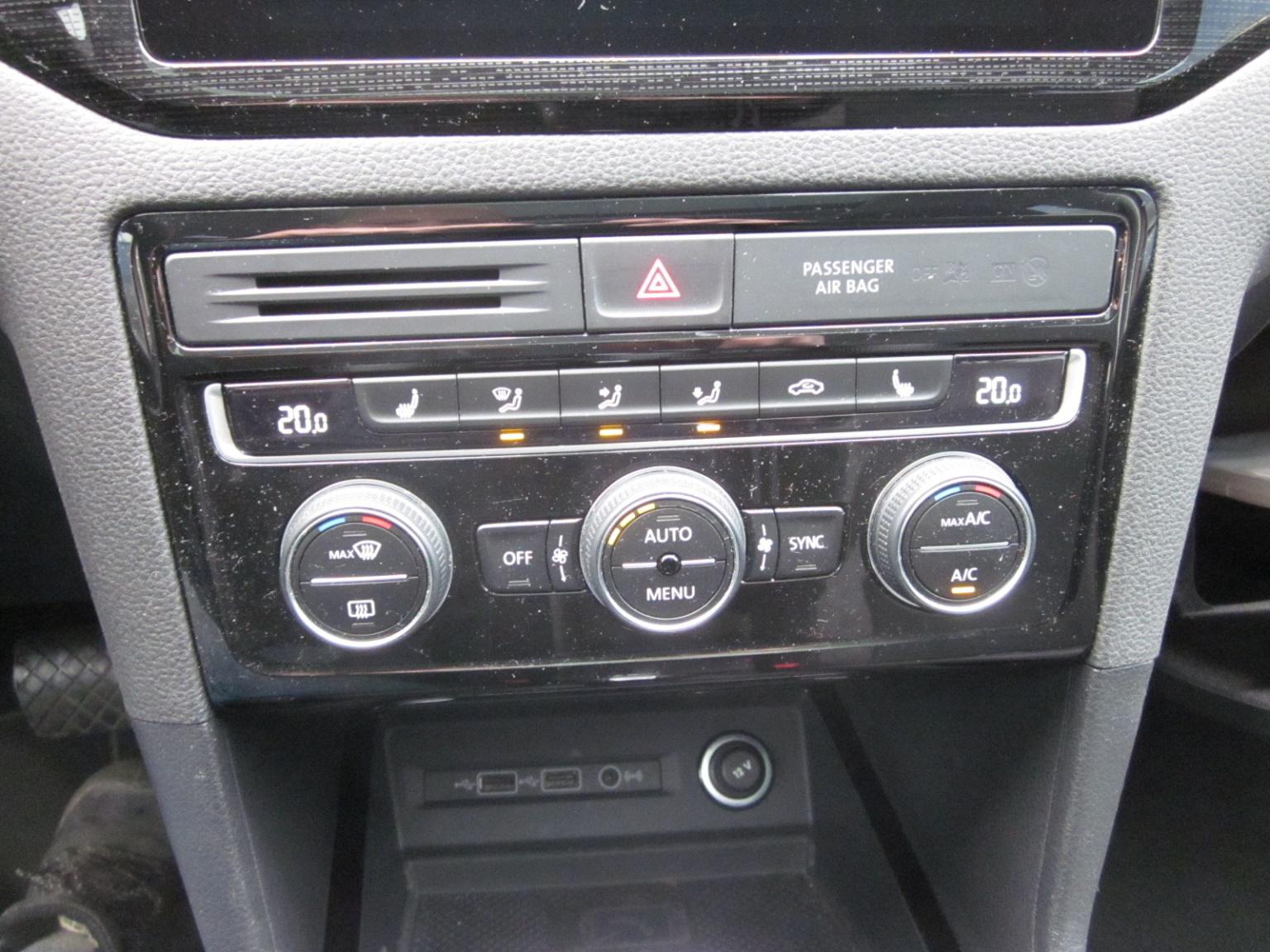 Volkswagen-Golf Sportsvan-19